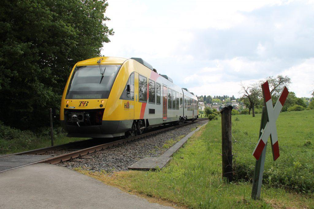 Ein LINT der HLB vor Königstein auf der Frankfurt-Königsteiner-Eisenbahn, aufgenommen am 15.05.2016.
