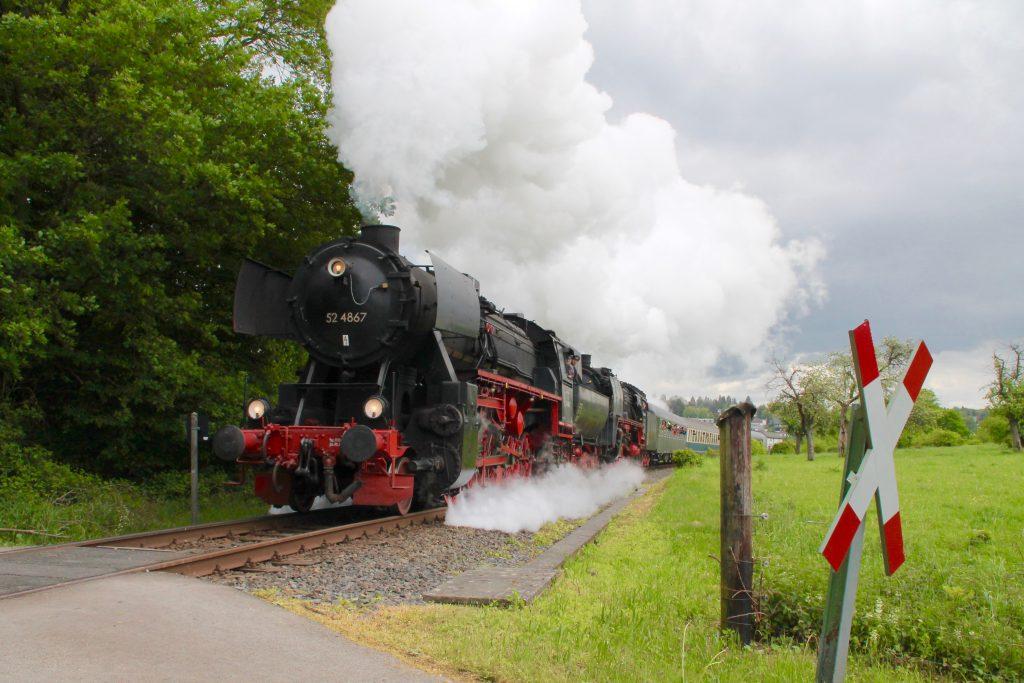 52 4867 und 01 118 vor Königstein auf der Frankfurt-Königsteiner-Eisenbahn, aufgenommen am 15.05.2016.