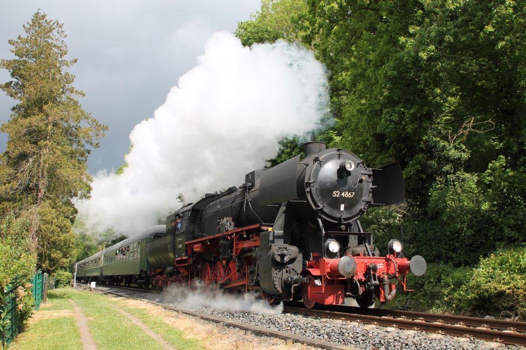 52 4867 kurz vor dem Bahnhof Königstein auf der Frankfurt-Königsteiner-Eisenbahn, aufgenommen am 15.05.2016.