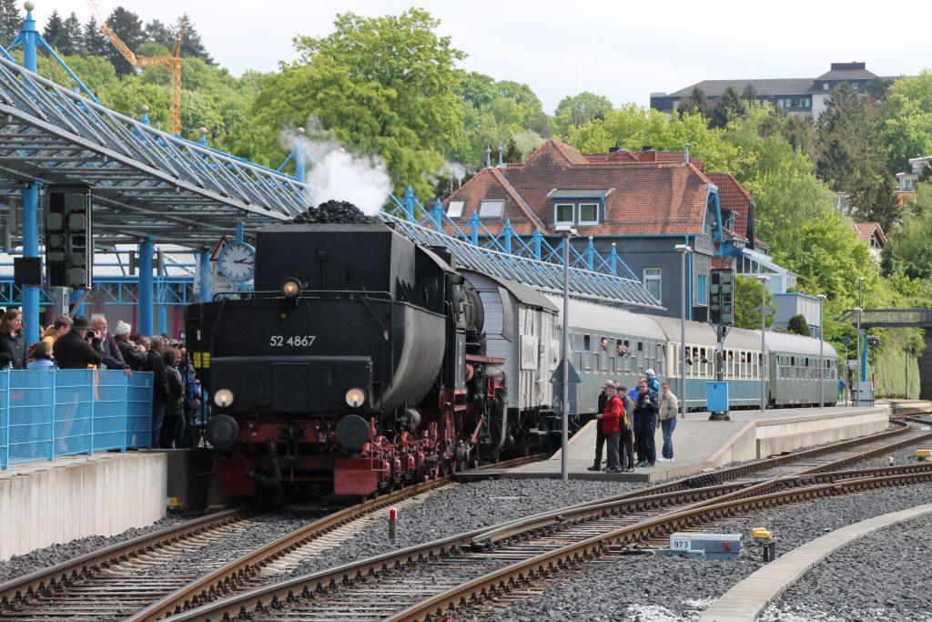52 4867 steht mit ihrem Zug abfahrbereit im Bahnhof Königstein, aufgenommen am 15.05.2016.