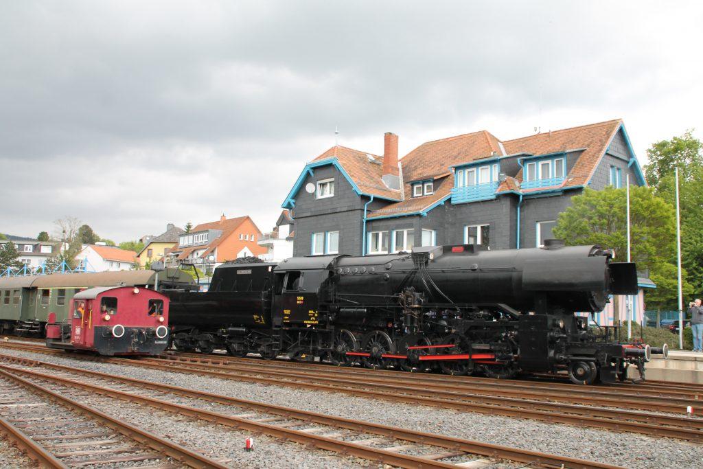 CFL 5519 wartet im Bahnhof Königstein, währenddessen rangiert 332 607 vorbei, aufgenommen am 15.05.2016.