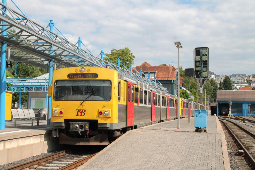 Drei VT2E der HLB warten in Königstein auf die Abfahrt in Richtung Frankfurt am Main, aufgenommen am 15.07.2016.