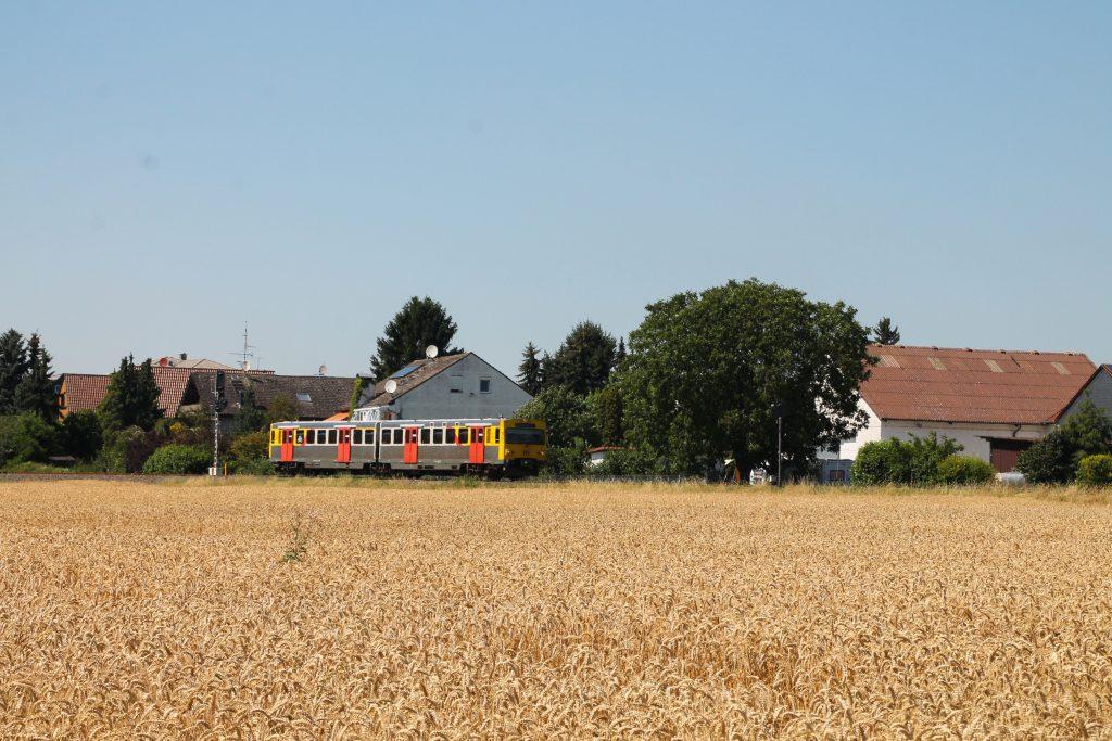 Ein VT2E der HLB verlässt den Bahnhof Liederbach auf der Frankfurt-Königsteiner-Eisenbahn, aufgenommen am 20.07.2016.