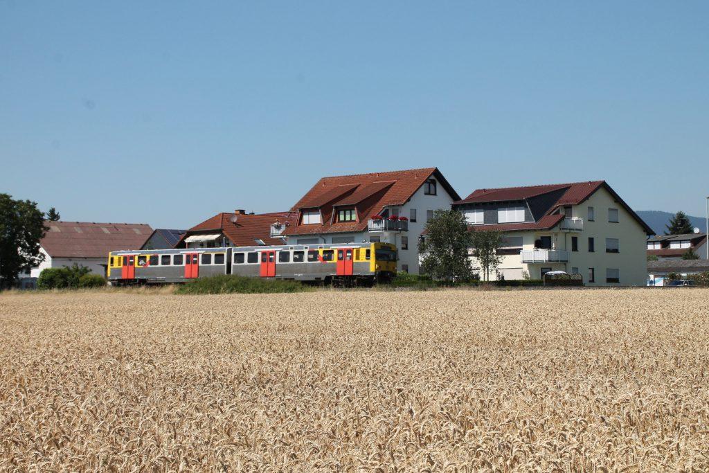 Ein VT2E der HLB passiert die Kornfelder bei Liederbach auf der Frankfurt-Königsteiner-Eisenbahn, aufgenommen am 20.07.2016.