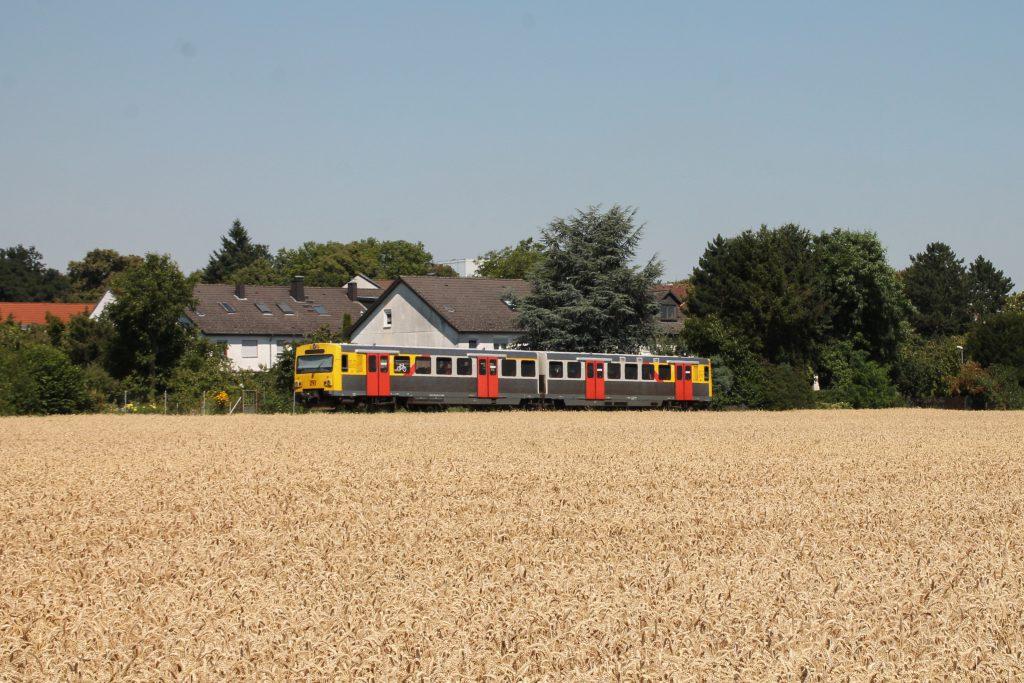 Ein VT2E der HLB an den Kornfelder bei Liederbach auf der Frankfurt-Königsteiner-Eisenbahn, aufgenommen am 20.07.2016.