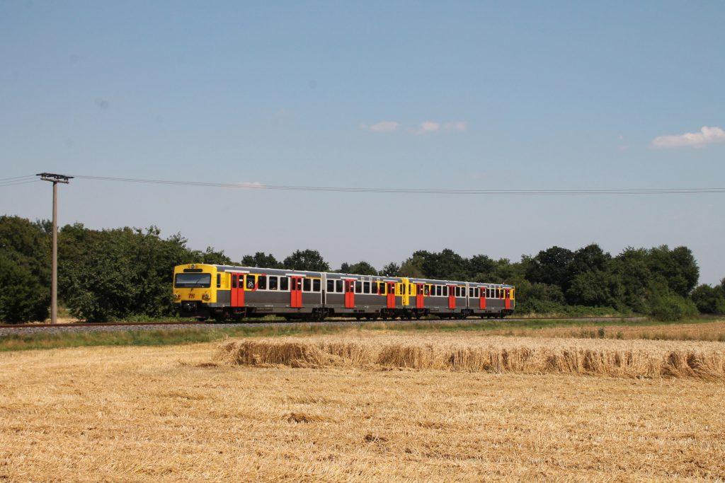 Zwei VT2E der HLB zwischen den Kornfelder bei Münster auf der Frankfurt-Königsteiner-Eisenbahn, aufgenommen am 20.07.2016.