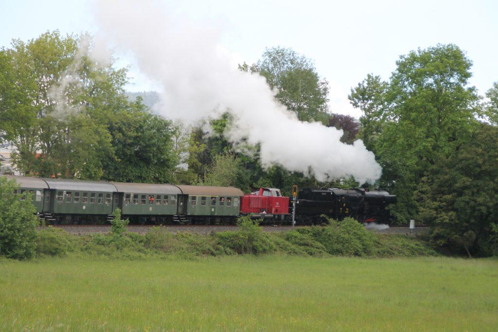 CFL 5519 und DME V65 in der Steigung kurz vor Schneidhain auf der Frankfurt-Königsteiner-Eisenbahn, aufgenommen am 15.05.2016.