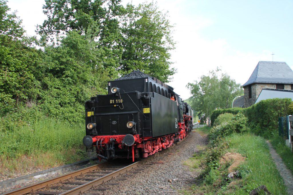 01 118 durchfährt Schneidhain auf der Frankfurt-Königsteiner-Eisenbahn, aufgenommen am 15.05.2016.