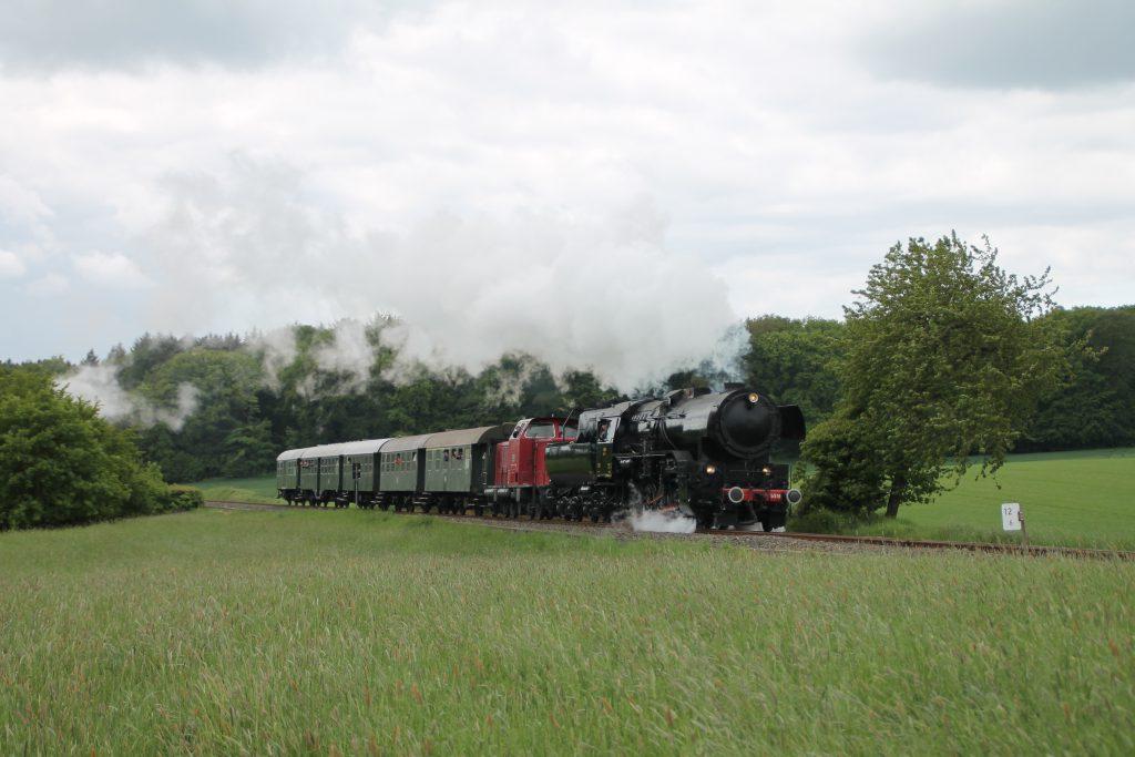 CFL 5519 und DME V65 kurz vor Schneidhain auf der Frankfurt-Königsteiner-Eisenbahn, aufgenommen am 15.05.2016.