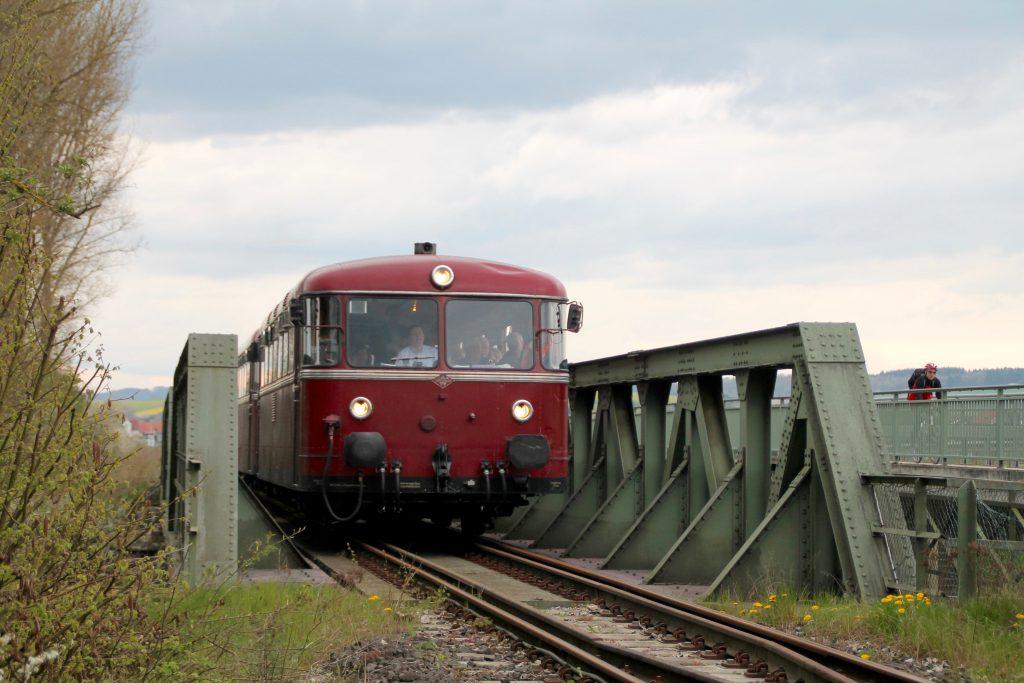 796 802, 996 309, 996 299 und 796 690 auf der Ederbrücke bei Frankenberg auf der Strecke Frankenberg - Battenberg, aufgenommen am 30.04.2016.