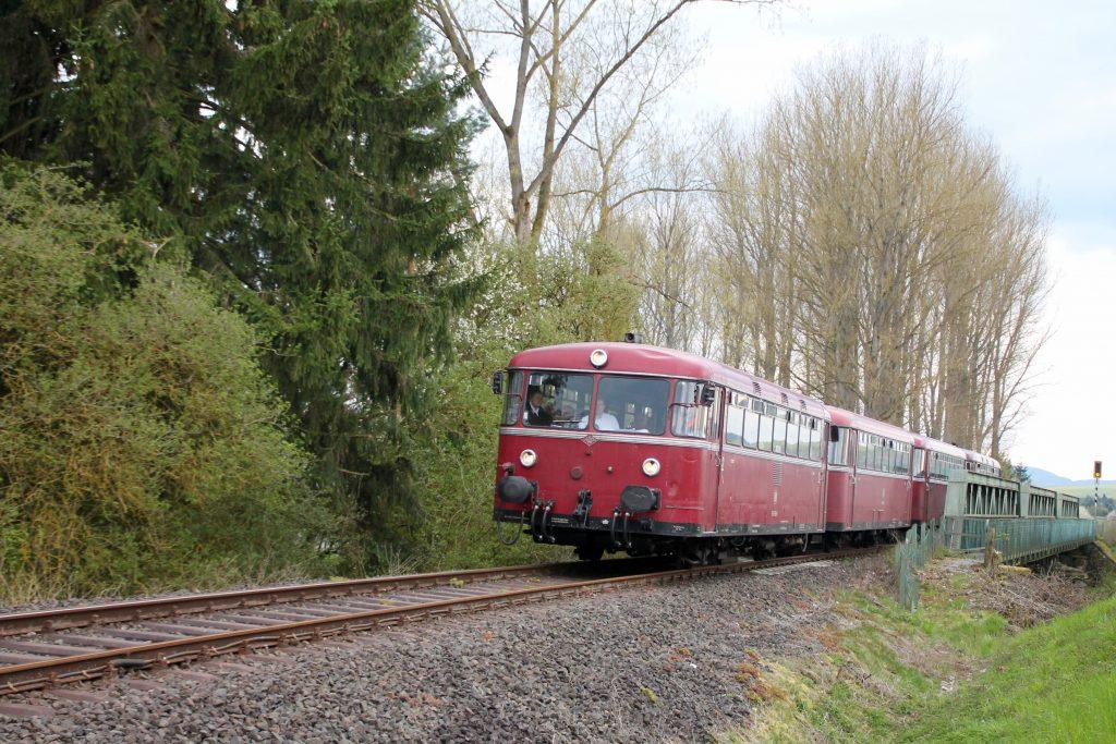 796 802, 996 309, 996 299 und 796 690 überquert die Eder bei Frankenberg auf der Strecke Frankenberg - Battenberg, aufgenommen am 30.04.2016.