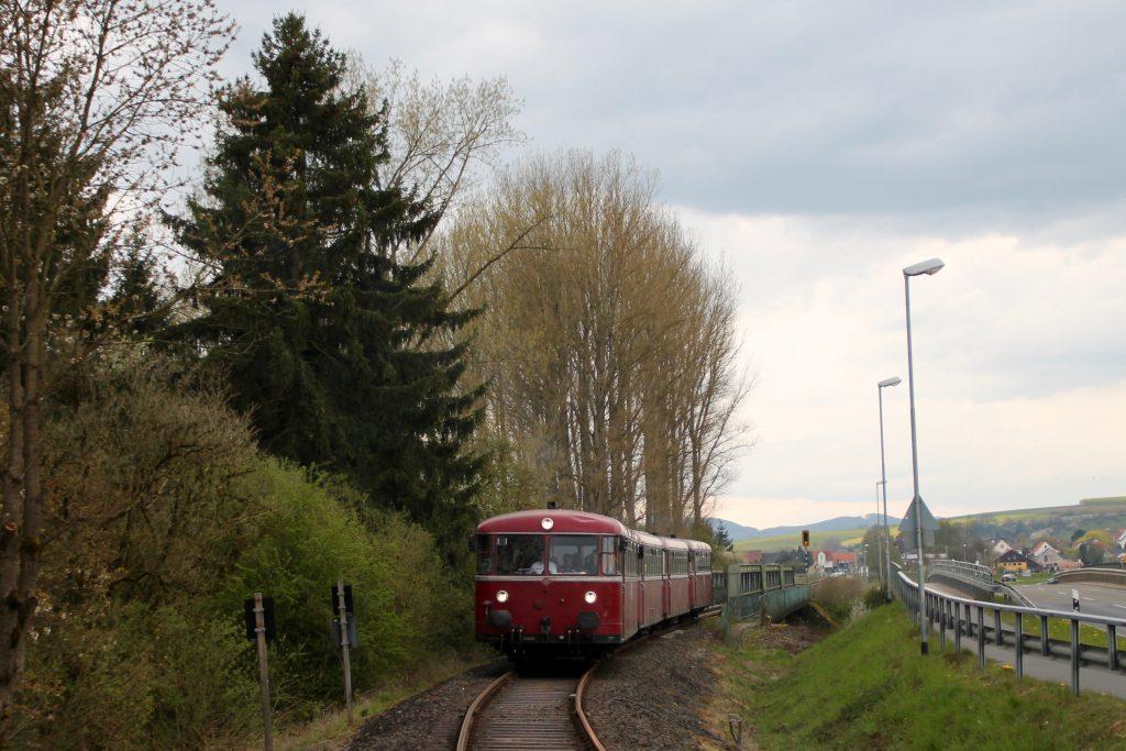 796 802, 996 309, 996 299 und 796 690 verlässt die Ederbrücke bei Frankenberg auf der Strecke Frankenberg - Battenberg, aufgenommen am 30.04.2016.