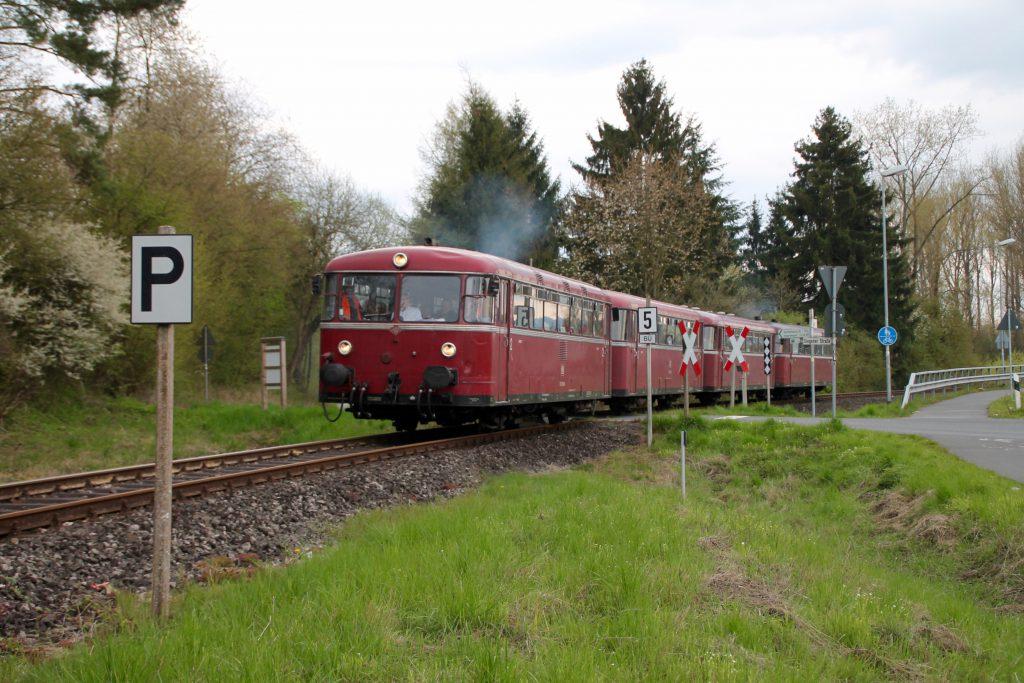 796 802, 996 309, 996 299 und 796 690 an einem Bahnübergang bei Frankenberg auf der Strecke Frankenberg - Battenberg, aufgenommen am 30.04.2016.