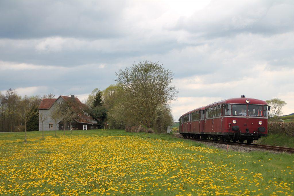 796 802, 996 309, 996 299 und 796 690 verlässt den Haltepunkt Haine auf der Strecke Frankenberg - Battenberg, aufgenommen am 30.04.2016.