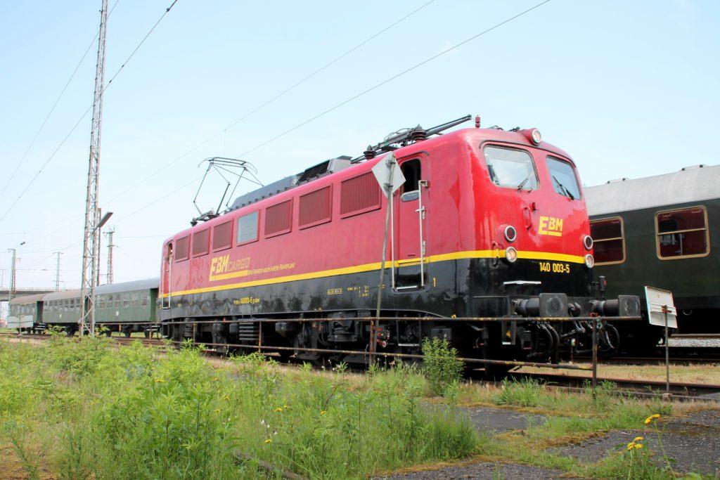 Im Bahnhof Hanau steht 140 003 der EBM, aufgenommen am 05.06.2016.