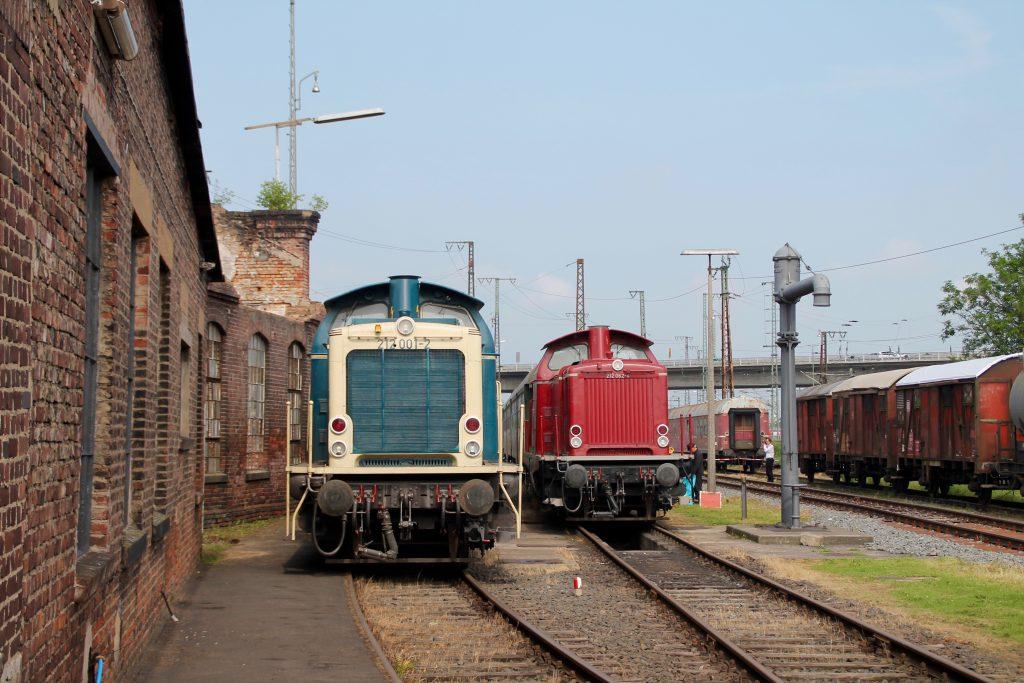 212 001 und 212 062 stehen zusammen neben einem Wasserkran im Bw Hanau, aufgenommen am 05.06.2016.