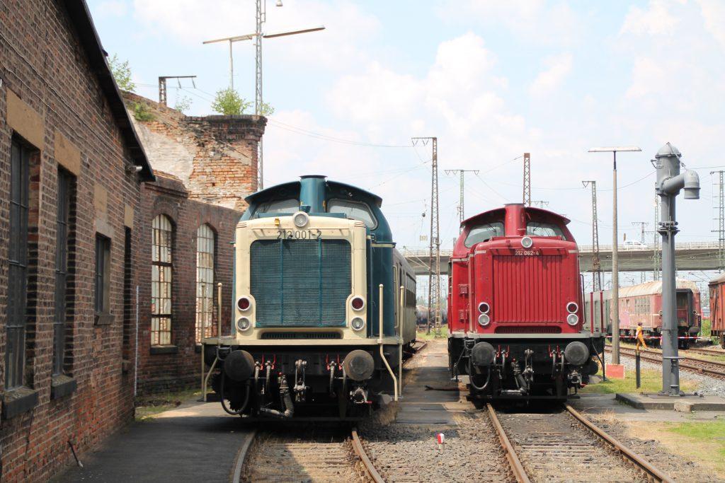 212 001 und 212 062 stehen zusammen neben einer alten Lokhalle im Bw Hanau, aufgenommen am 05.06.2016.