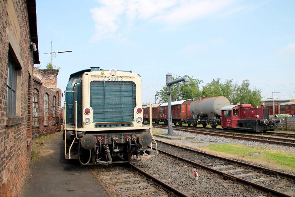 Im Bw Hanau steht 212 001 zusammen mit einer Köf II, aufgenommen am 05.06.2016.