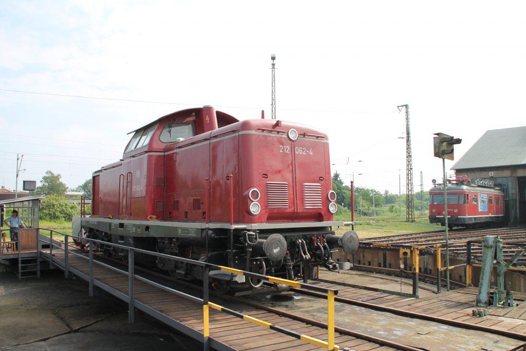 Im Bw Hanau wird 212 062 gedreht, aufgenommen am 05.06.2016.