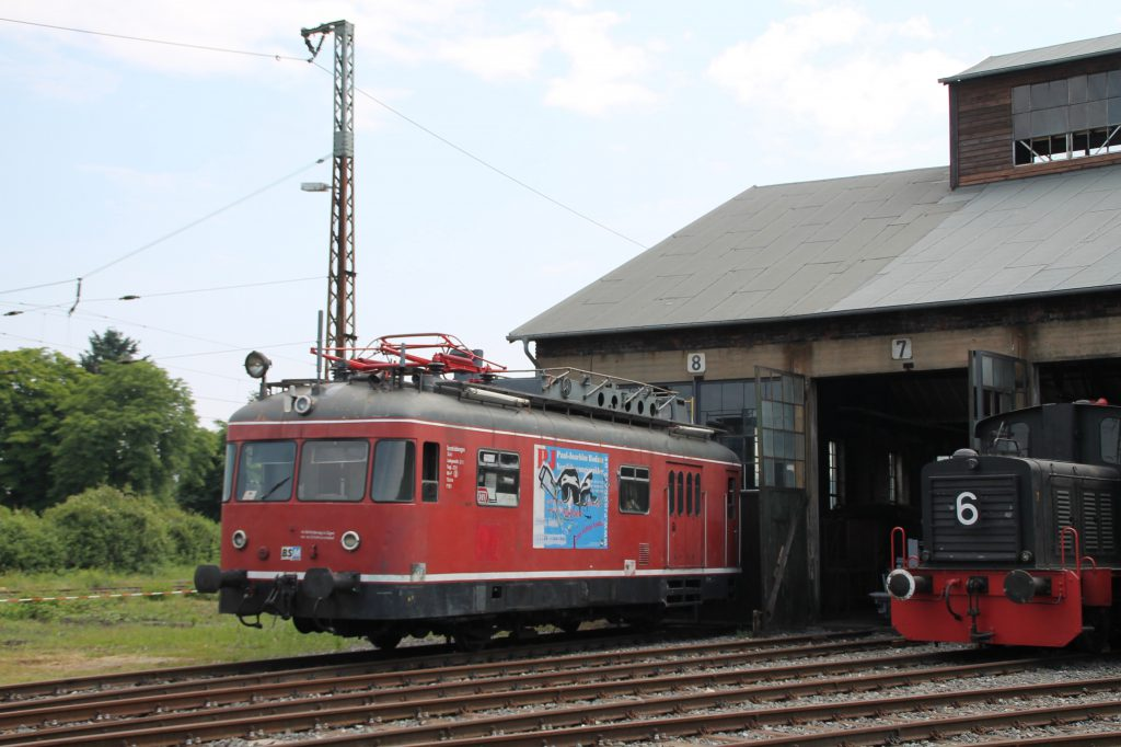 701 076 steht vor dem Lokschuppen des Bw Hanau, aufgenommen am 05.06.2016.