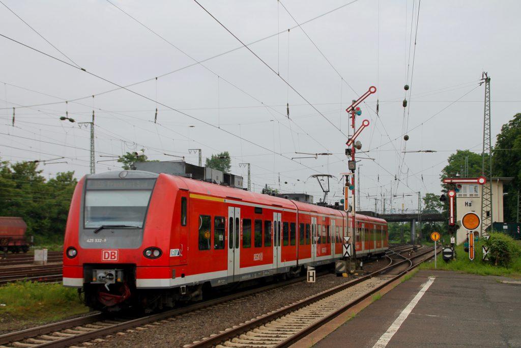 425 032 verlässt den Bahnhof Hanau Hbf, aufgenommen am 05.06.2016.