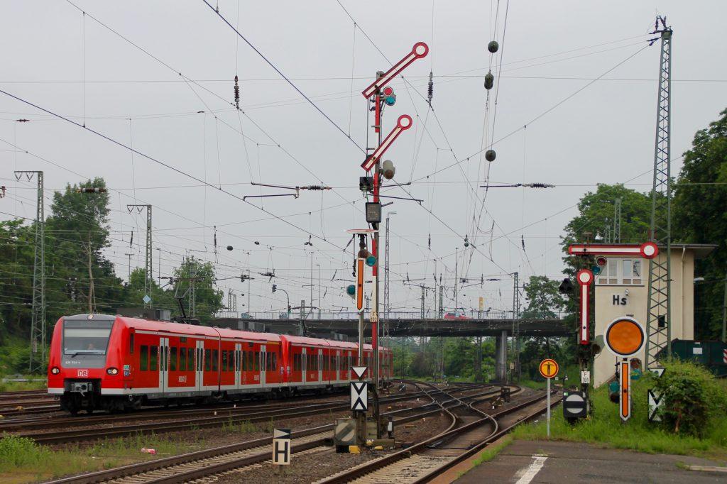 426 034 fährt mit einem 425 in den Bahnhof Hanau Hbf ein, aufgenommen am 05.06.2016.