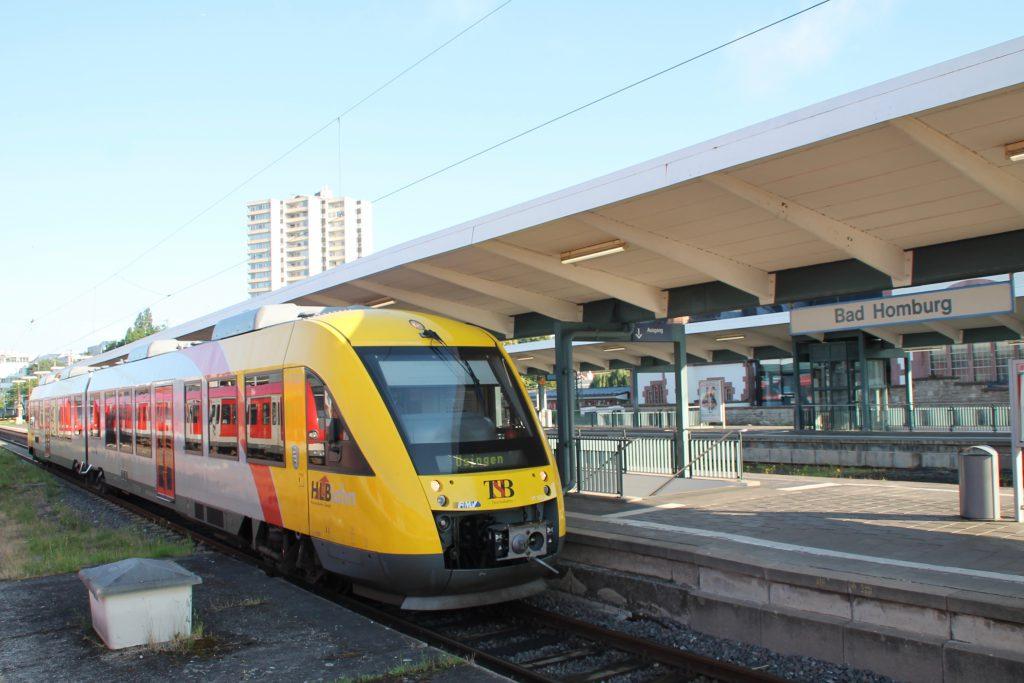 Ein 648 403 der HLB wartet im Bahnhof Bad Homburg auf die Abfahrt nach Usingen, aufgenommen am 26.06.2016.