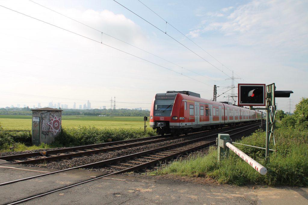 423 431 am Bahnübergang bei Weisskirchen auf der Homburger Bahn, aufgenommen am 21.05.2016.