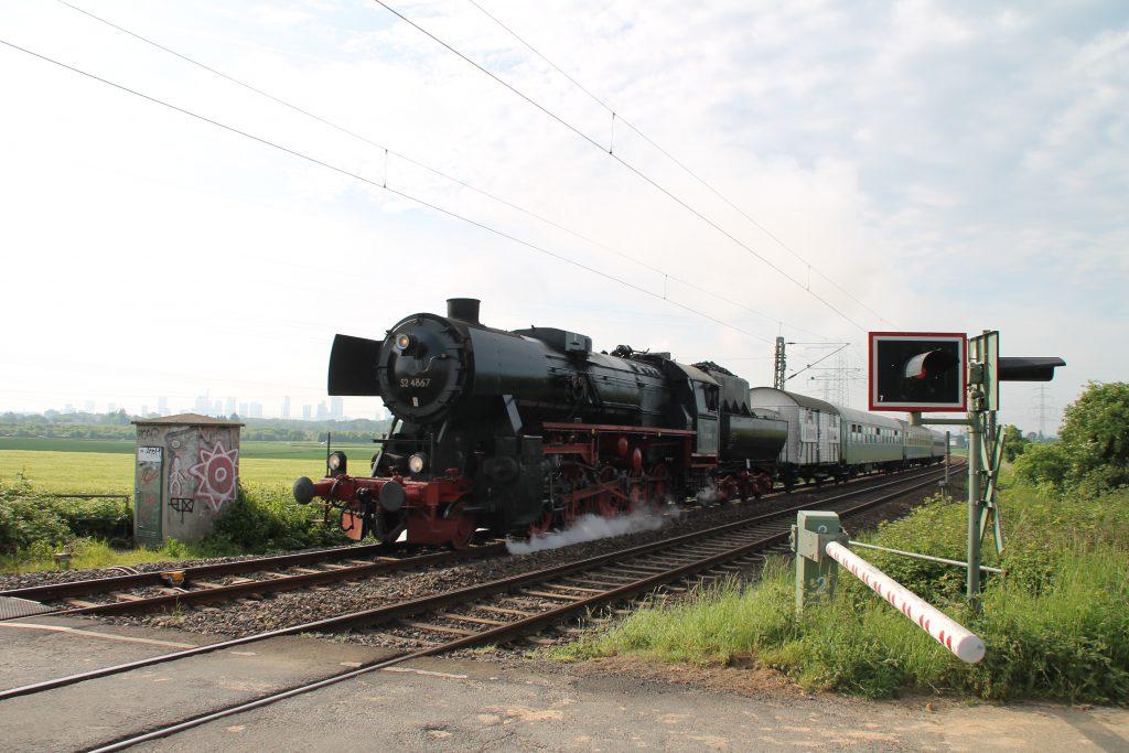 52 4867 am Bahnübergang bei Weisskirchen auf der Homburger Bahn, aufgenommen am 21.05.2016.