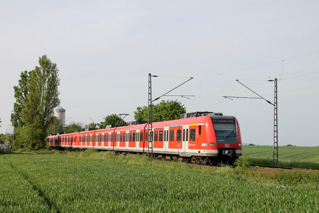 423 329 verlässt Weisskirchen-Steinbach auf der Homburger Bahn, aufgenommen am 21.05.2016.