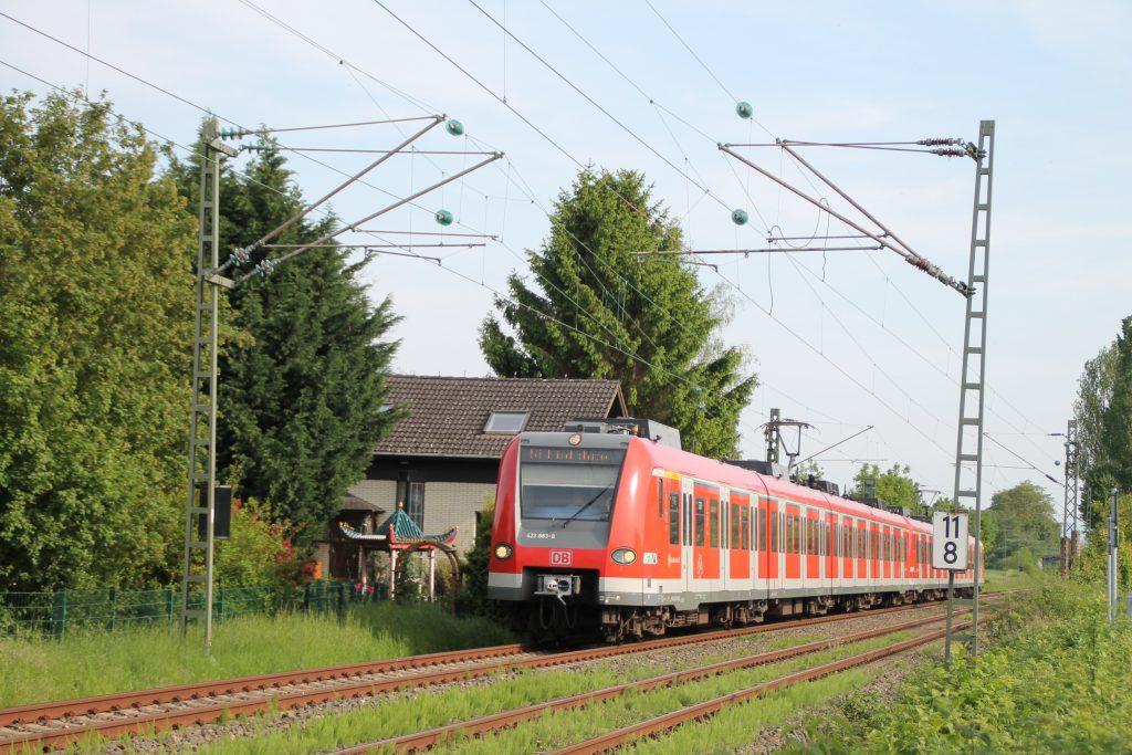 423 883 bei Weisskirchen-Steinbach auf der Homburger Bahn, aufgenommen am 21.05.2016.