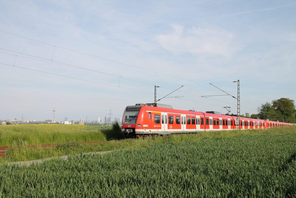 Ein 423 bei Weisskirchen-Steinbach auf der Homburger Bahn, aufgenommen am 21.05.2016.