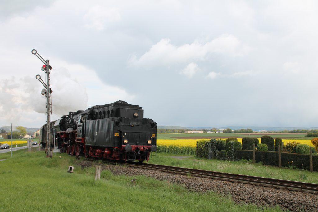 03 1010 fährt in den Bahnhof Beienheim auf der Horlofftalbahn ein, aufgenommen am 24.04.2016.