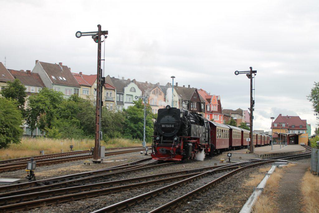 99 7245 steht mit ihrem Zug im Bahnhof Nordhausen auf der Harzquerbahn, aufgenommen am 03.07.2016.