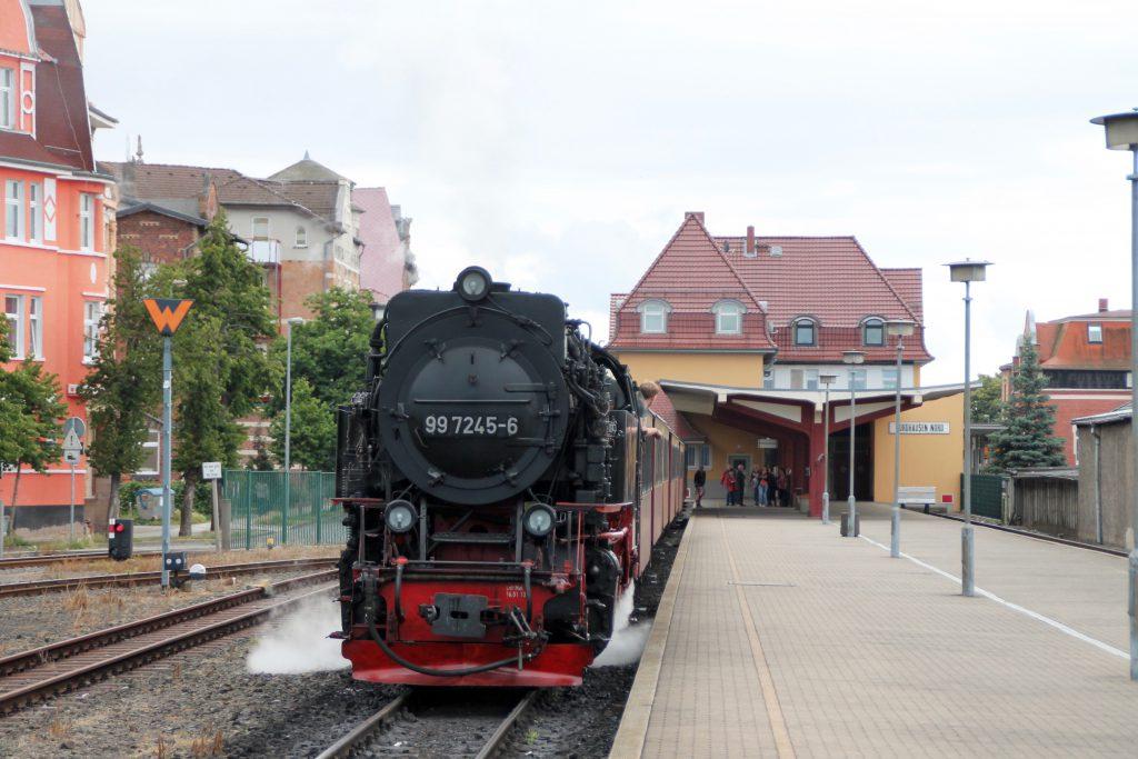 99 7245 wartet im Bahnhof Nordhausen auf die Abfahrt auf die Harzquerbahn, aufgenommen am 03.07.2016.