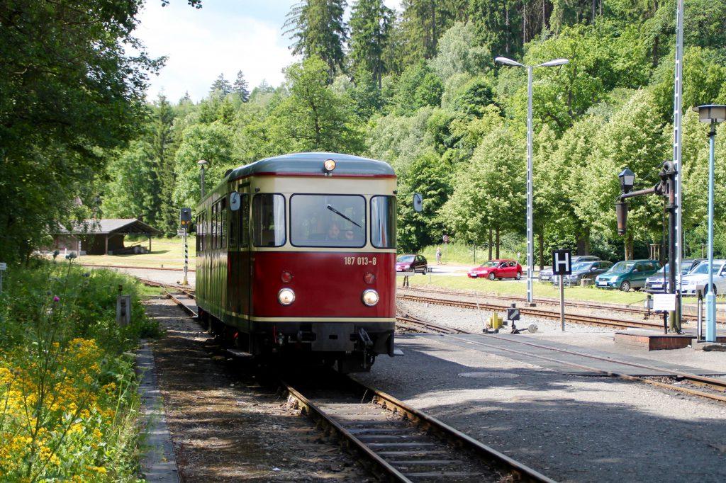 187 013 fährt in den Bahnhof Alexisbad auf der Selketalbahn ein, aufgenommen am 03.07.2016.