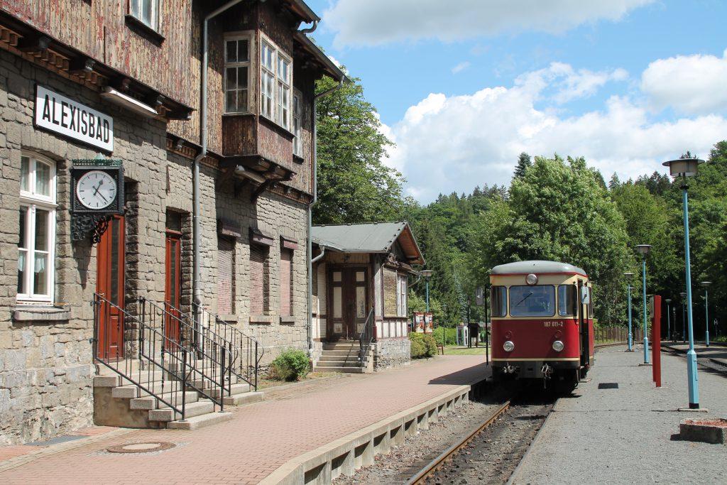 187 011 hält im Bahnhof Alexisbad auf der Selketalbahn, aufgenommen am 03.07.2016.