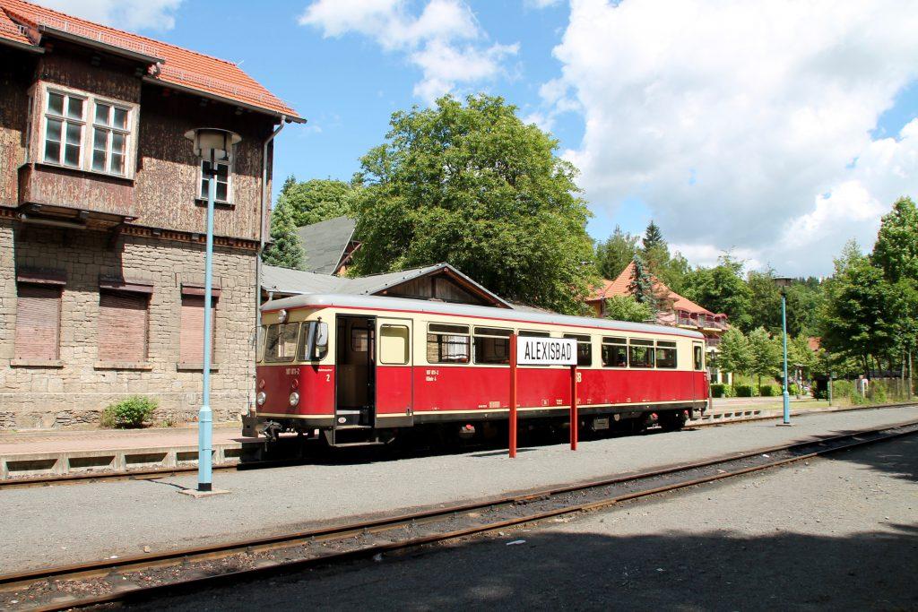 187 011 wartet im Bahnhof Alexisbad auf der Selketalbahn, aufgenommen am 03.07.2016.