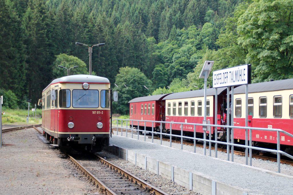 187 011wartet im Bahnhof Eisfeld Talmühle auf die Abfahrt auf die Selketalbahn, aufgenommen am 03.07.2016.