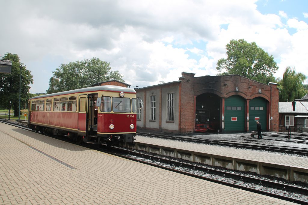 187 011 hält im Bahnhof Gernrode neben dem Lokschuppen auf der Selketalbahn, aufgenommen am 03.07.2016.