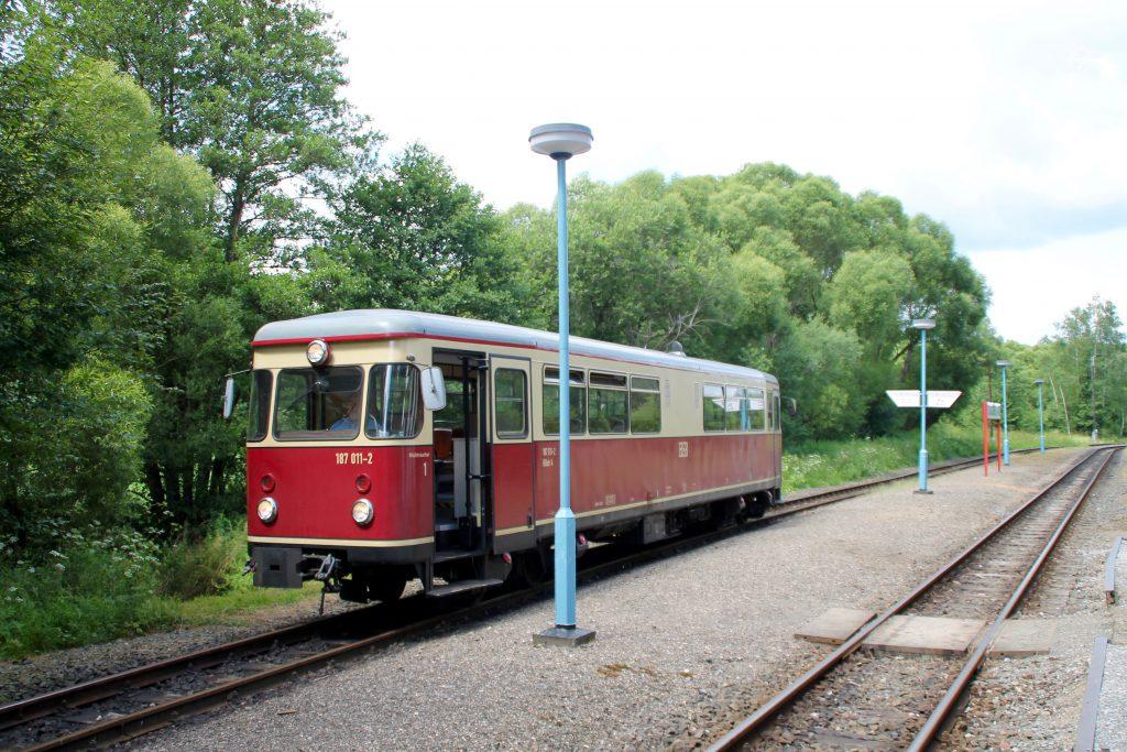 187 011 steht im Bahnhof Strassberg auf der Selketalbahn, aufgenommen am 03.07.2016.