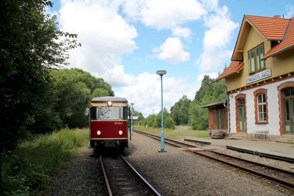 187 011 hält im Bahnhof Strassberg auf der Selketalbahn, aufgenommen am 03.07.2016.