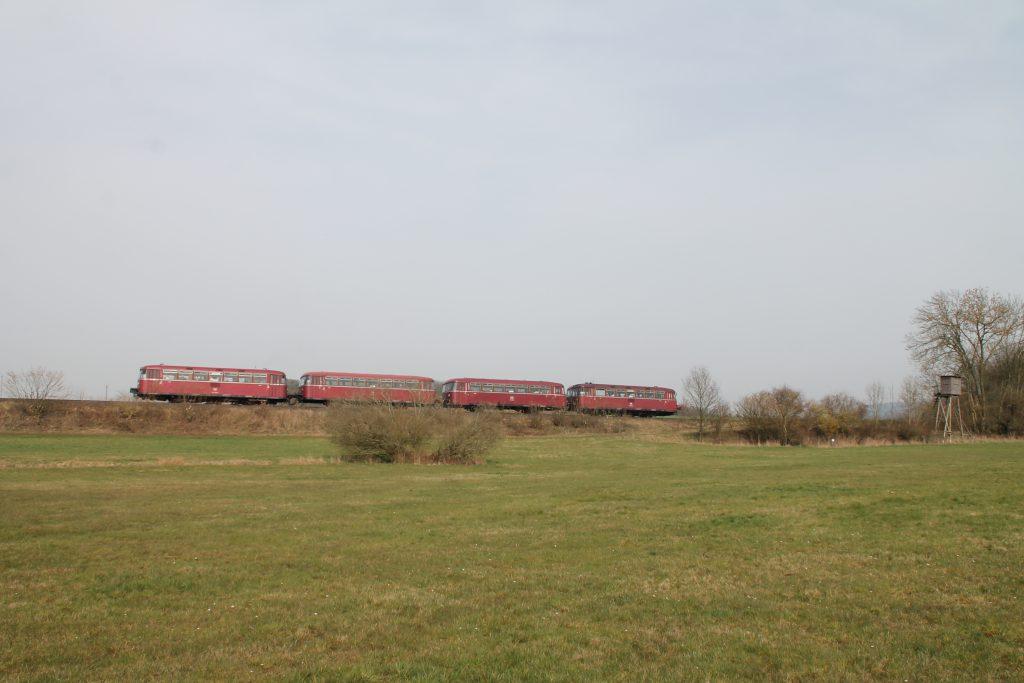 796 690, 996 299, 996 309, 796 802 kurz vor dem Wald bei Argenthal auf der Hunsrückquerbahn, aufgenommen am 02.04.2016.