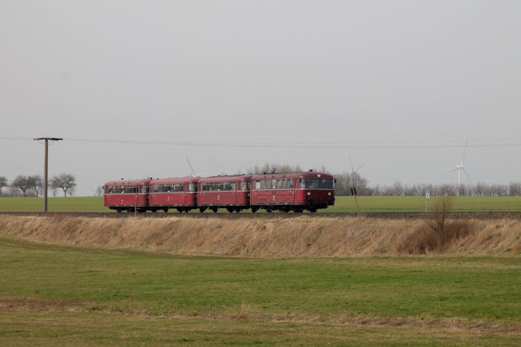 796 690, 996 299, 996 309, 796 802 auf dem Bahndamm bei Argenthal auf der Hunsrückquerbahn, aufgenommen am 02.04.2016.