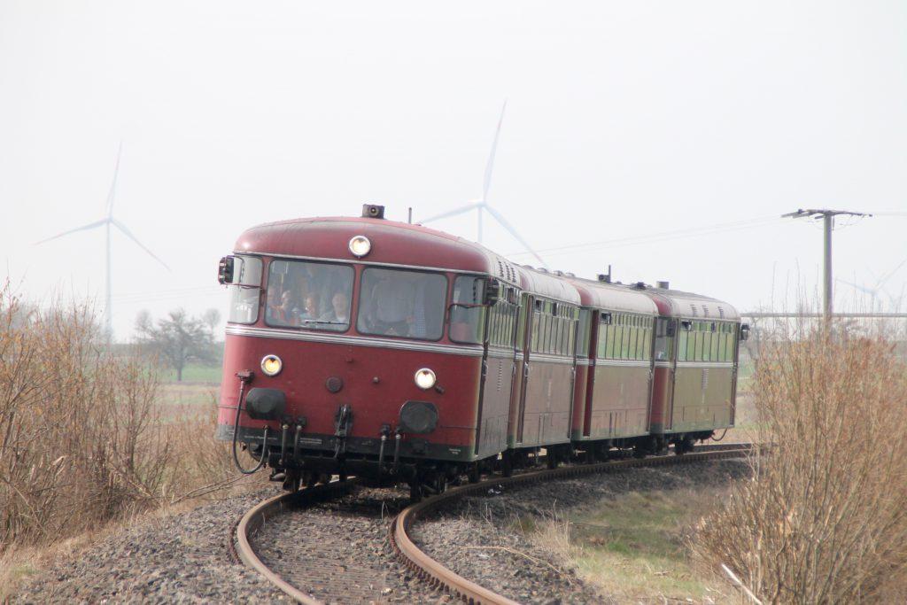 796 690, 996 299, 996 309, 796 802 in einer Kurve bei Argenthal auf der Hunsrückquerbahn, aufgenommen am 02.04.2016.