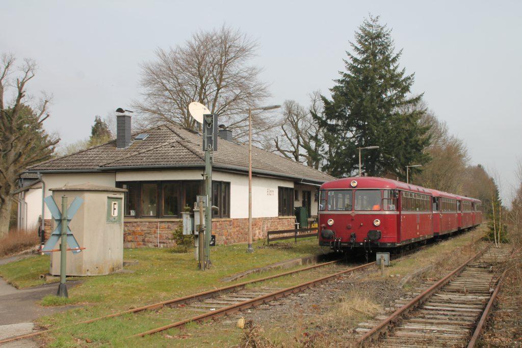796 690, 996 299, 996 309, 796 802 halten im Bahnhof Ellern auf der Hunsrückquerbahn, aufgenommen am 02.04.2016.