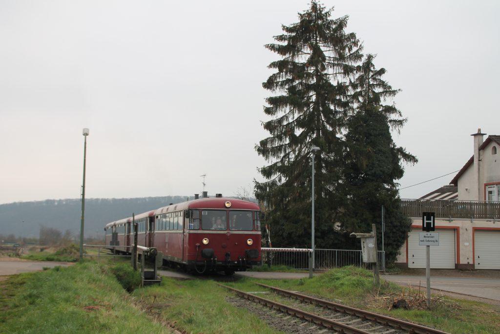 796 690, 996 299, 996 309, 796 802 überqueren den Bahnübergang in Heddesheim auf der Hunsrückquerbahn, aufgenommen am 02.04.2016.