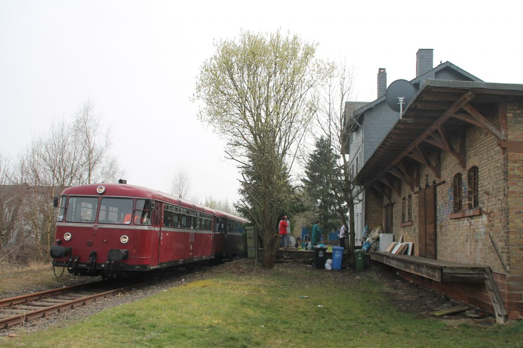 796 690, 996 299, 996 309, 796 802 halten im Bahnhof Kirchberg auf der Hunsrückquerbahn, aufgenommen am 02.04.2016.