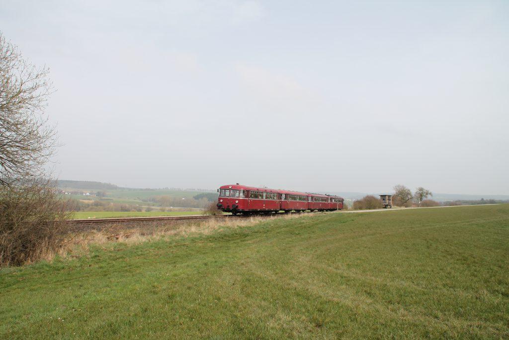796 690, 996 299, 996 309, 796 802 bei Kleinweidelbach auf der Hunsrückquerbahn, aufgenommen am 02.04.2016.