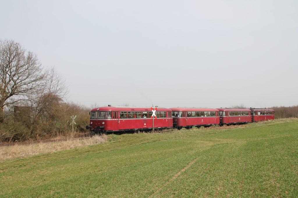 796 690, 996 299, 996 309, 796 802 an einem Bahnübergang bei Mutterschied auf der Hunsrückquerbahn, aufgenommen am 02.04.2016.